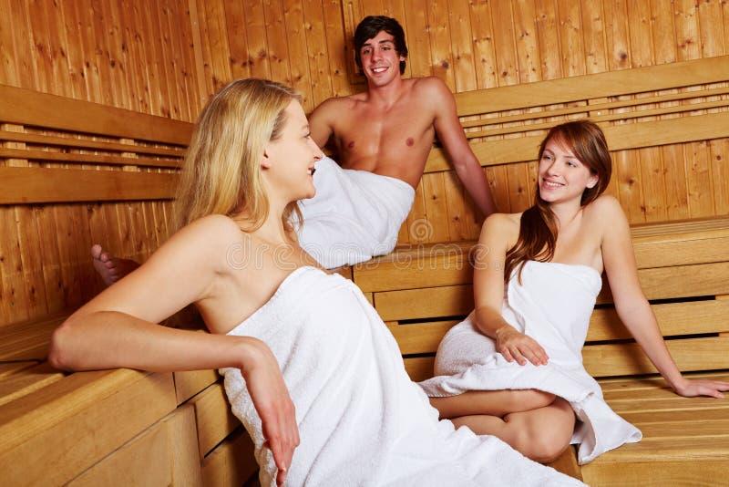 Mann und Frauen in Mischsauna stockfoto