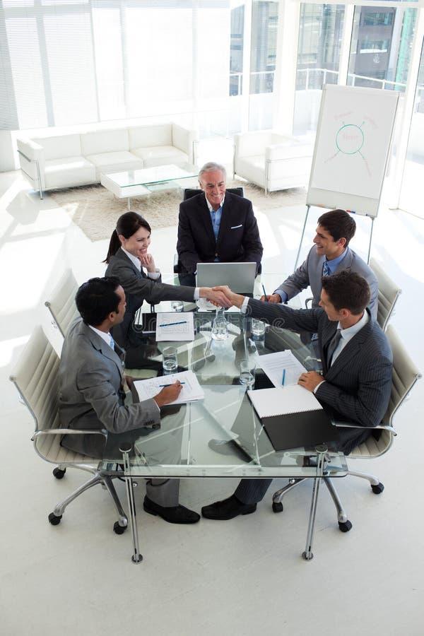 Mann- und Frauengruß in einer Sitzung lizenzfreie stockfotos