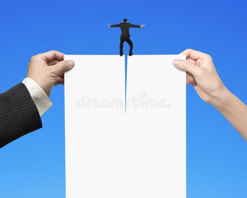 Mann- und Frauenhände, die leeres Papier mit Geschäftsmanndouble zerreißen lizenzfreies stockfoto