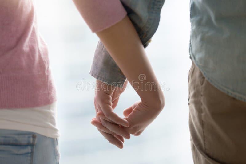 Mann- und Frauenholdinghände Liebevolle Paarhände zusammen, nah lizenzfreie stockbilder