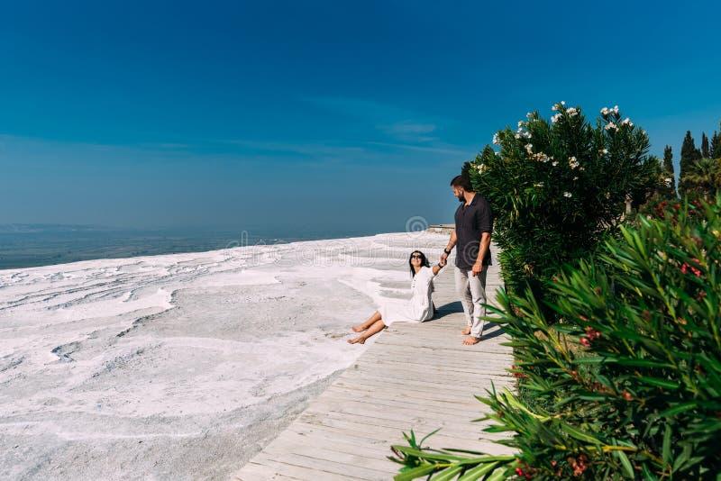 Mann- und Frauenreisen Paare beim Liebesgehen Paare im pamukkale Reisen in die Türkei geliebter Flitterwochenreise stockfotografie