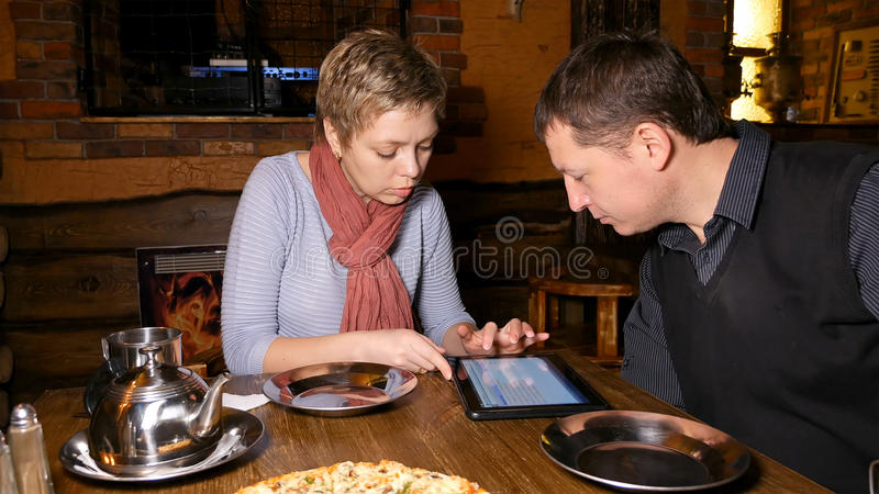 Mann- und FrauenTeilhaber, die im Café plaudern stockfoto