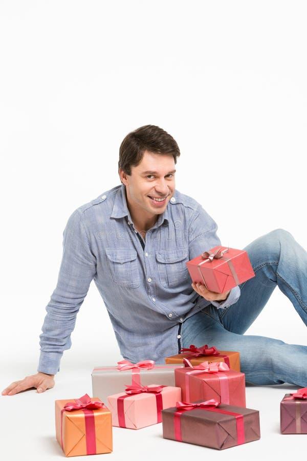 Mann und Geschenke lizenzfreies stockbild