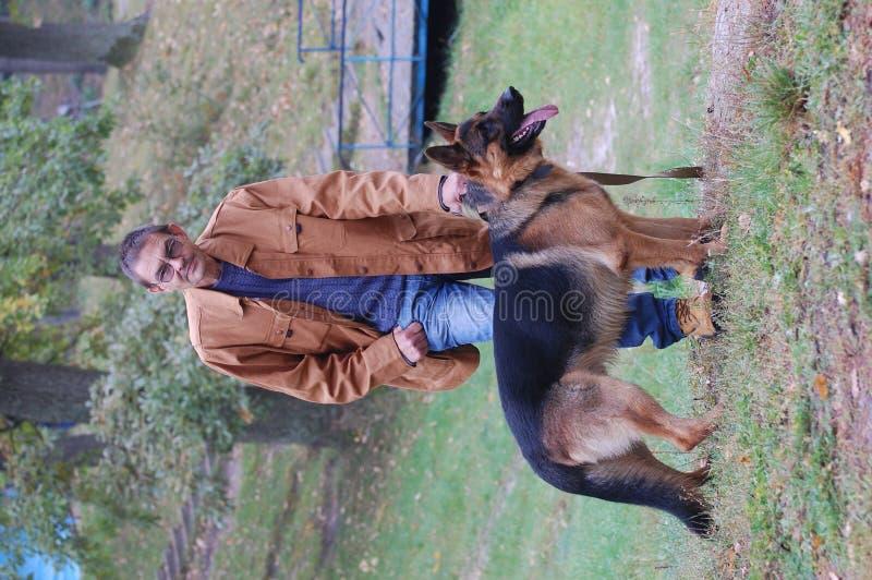 Mann und Hund stockfotografie