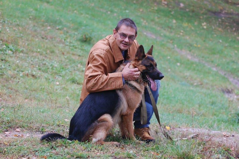 Mann und Hund lizenzfreies stockfoto
