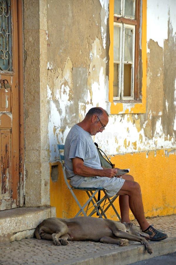 Mann und Hund in Algarve lizenzfreies stockbild