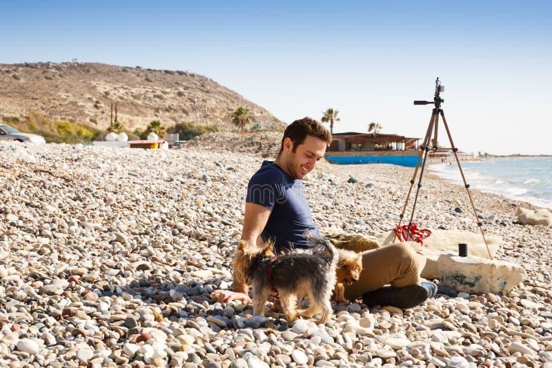Mann und Hunde stockbilder