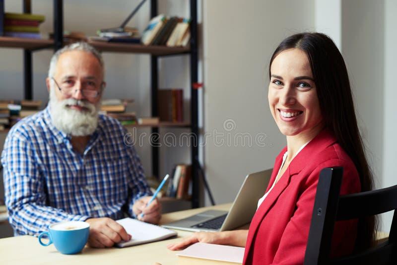 Mann und junge Frau des smiley stockbild