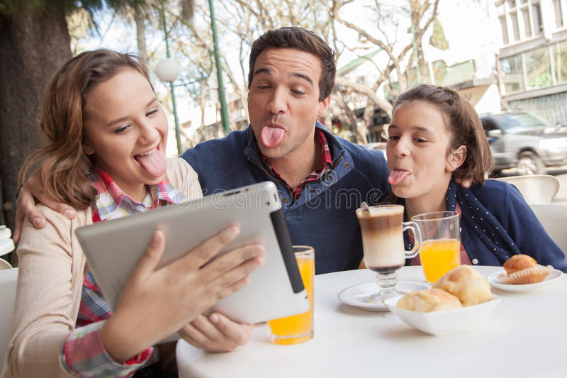 Mann und junge Mädchen haben Spaß in der Straße stockbilder
