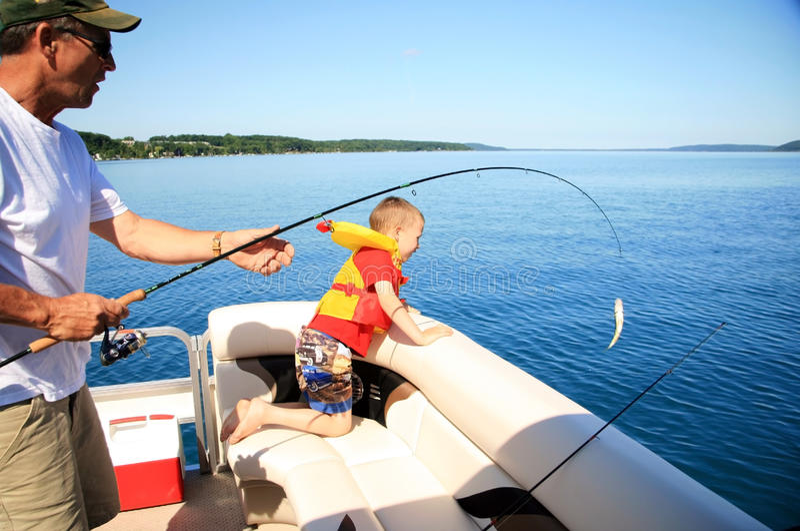 Mann-und Jungen-Fischen lizenzfreies stockbild