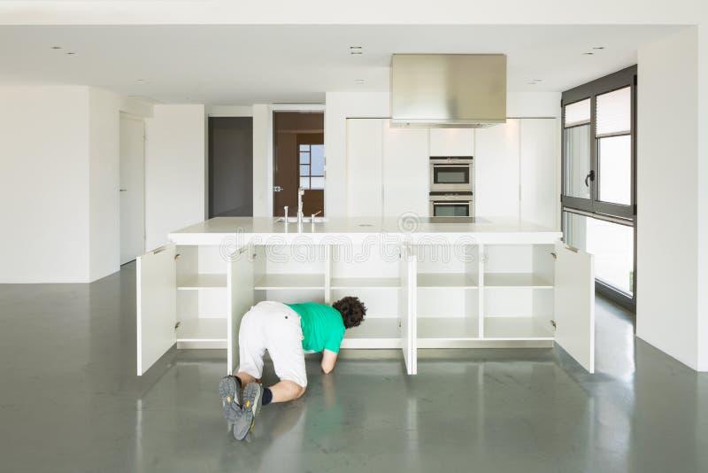 Mann und Küche in der Liebe lizenzfreie stockfotos