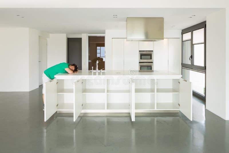 Mann und Küche in der Liebe lizenzfreie stockbilder
