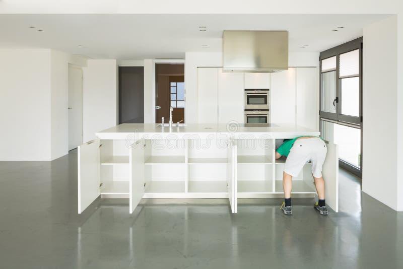 Mann und Küche in der Liebe lizenzfreies stockbild