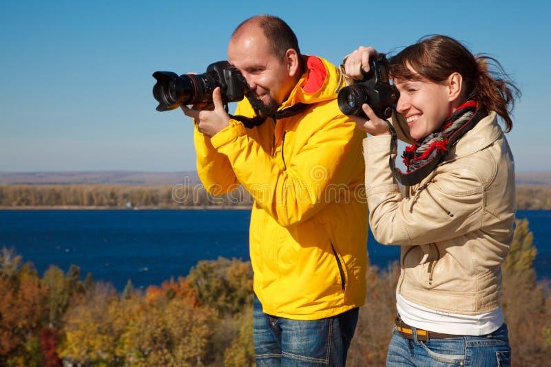 Mann und Mädchen fotografierten draußen, Herbst stockbilder
