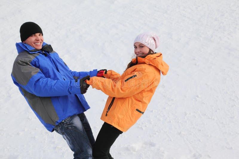 Mann und Mädchen im Sport kleidet Holding für Hände lizenzfreies stockbild
