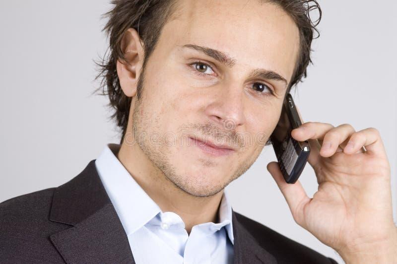 Mann und Mobiltelefon stockbild