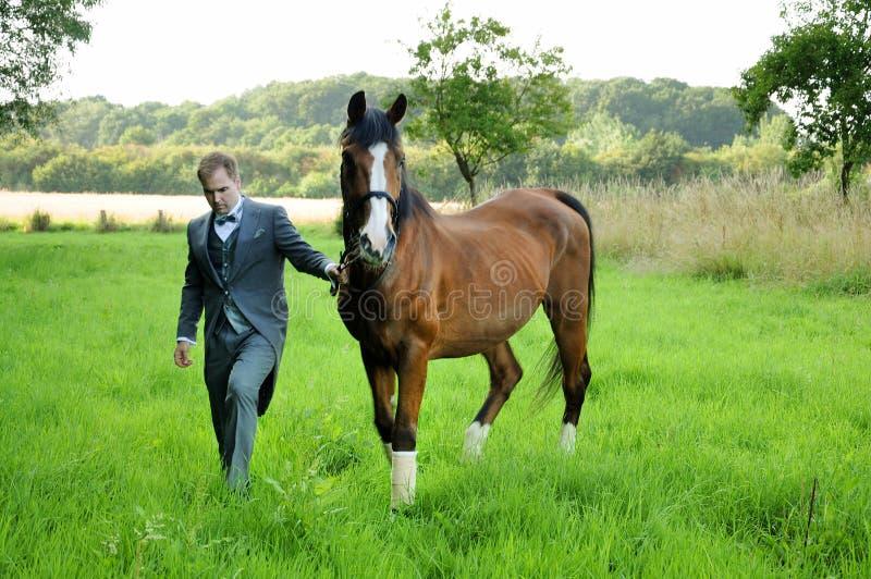 Mann und Pferd stockbild