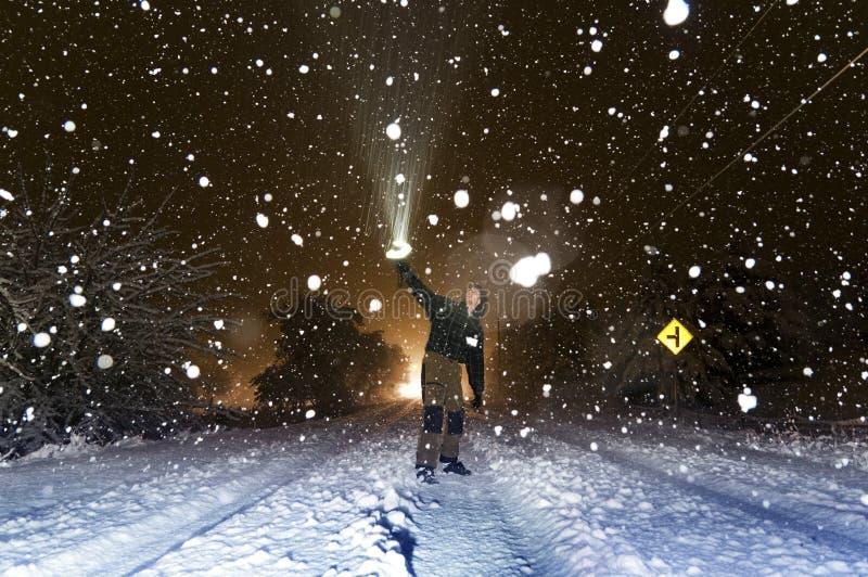 Mann und Schnee stockbild