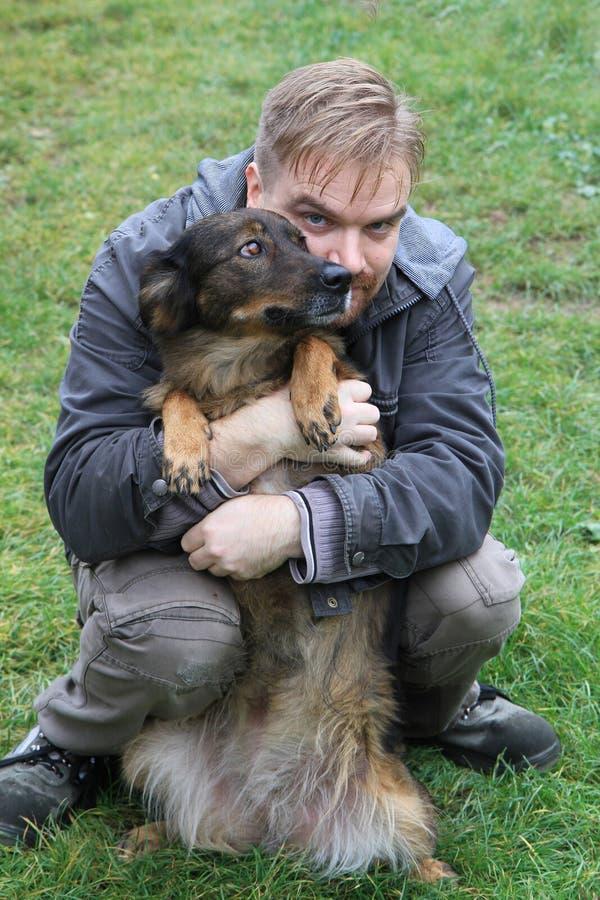 Mann und sein Hund stockbild