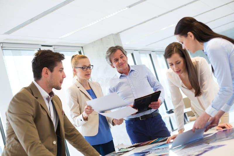 Mann und weibliche Designfachleute, die an neuem Projekt im Büro arbeiten stockfotografie
