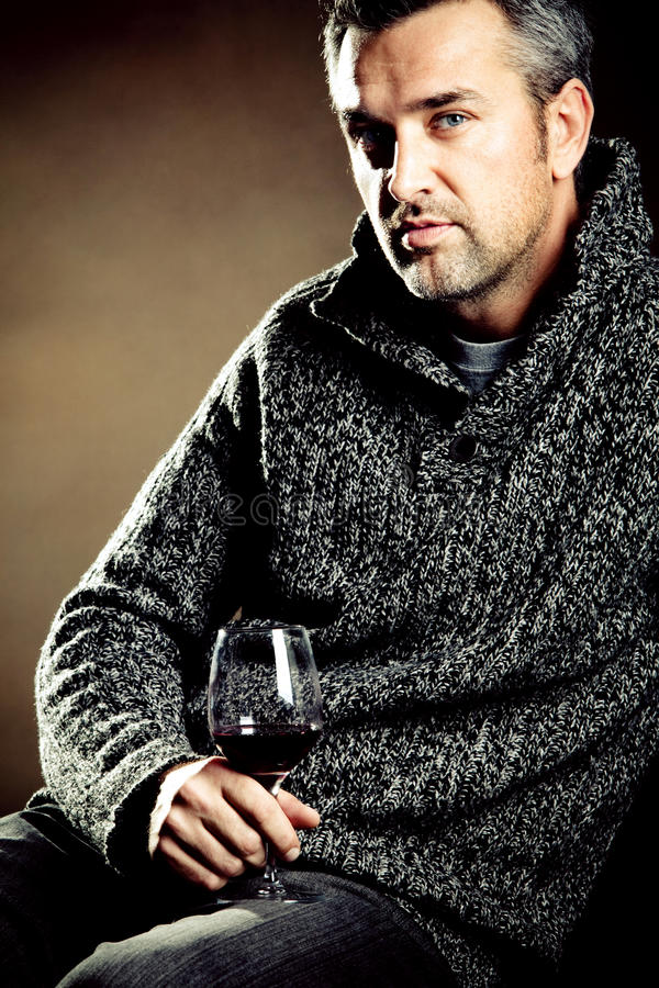 Mann und Wein lizenzfreie stockfotografie