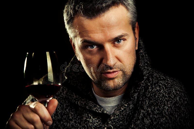 Mann und Wein lizenzfreie stockfotos