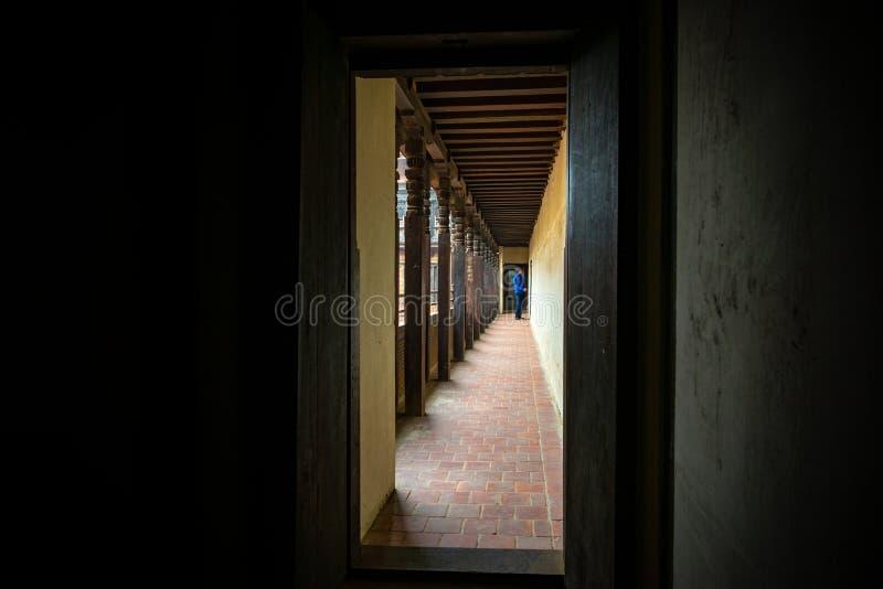 Mann ungefähr, zum eines Raumes des 55 Fenster-Palastes zu betreten lizenzfreies stockbild