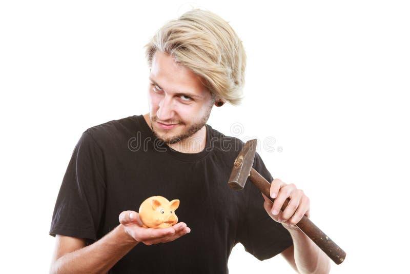 Mann ungefähr, zum von Sparschwein mit Hammer zu brechen lizenzfreie stockfotografie