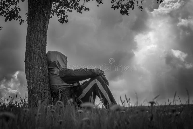 Mann unter dem Baum lizenzfreie stockbilder