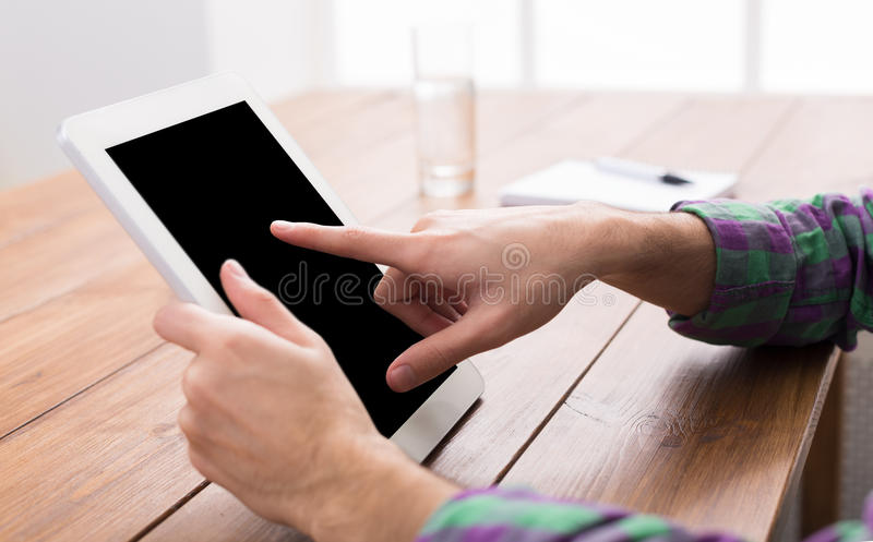 Mann unter Verwendung der digitalen Tablette, Abschluss oben, Seitenansicht, stockfotos
