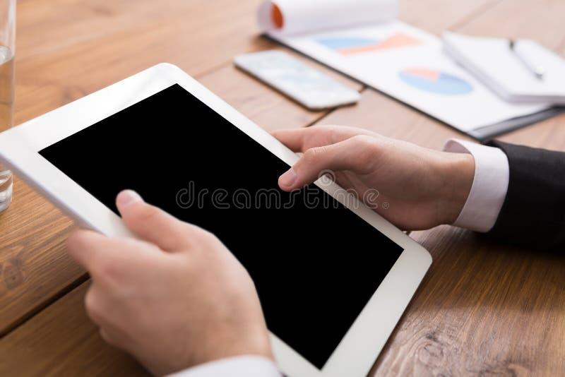 Mann unter Verwendung der digitalen Tablette, Abschluss oben, Seitenansicht, lizenzfreie stockfotografie
