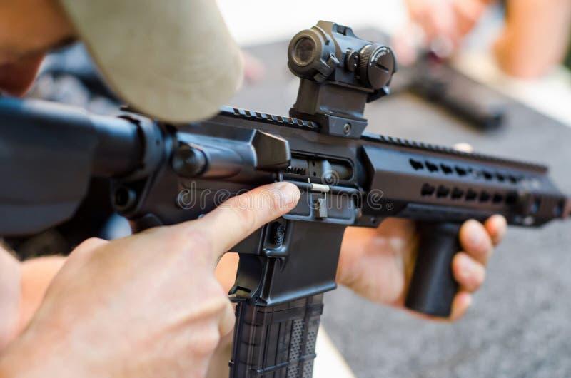 Mann unter Verwendung des Gewehrs stockfotos