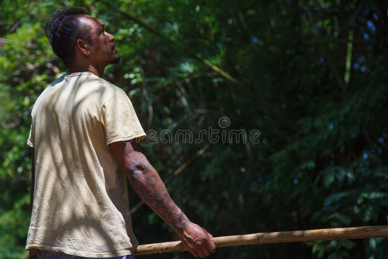 Mann unter Verwendung des Pfostens, zum des Bambusflosses im Fluss zu segeln Ein der Karriere f?r Tourismus an Chiang Mai-Provinz lizenzfreie stockfotos