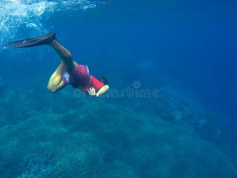 Mann unter Wasser im blauen Meer, snorkeler im tiefen blauen Meer stockfotos