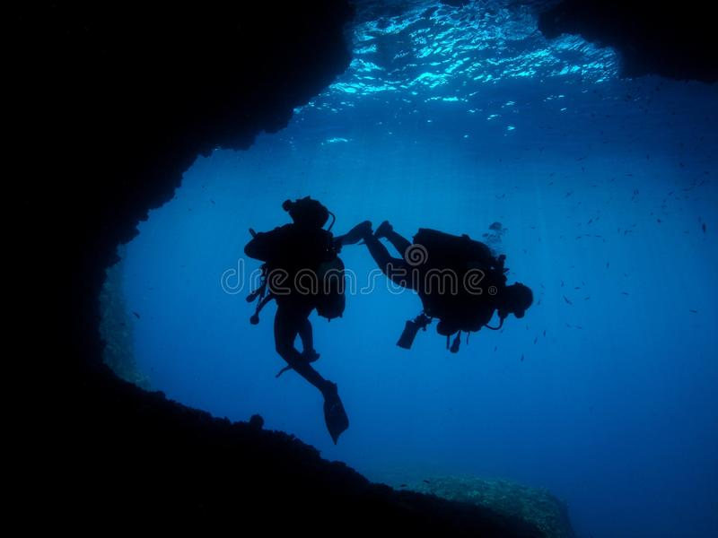 Mann-Unterwasserphotograph-Sporttauchen-Höhle stockbilder