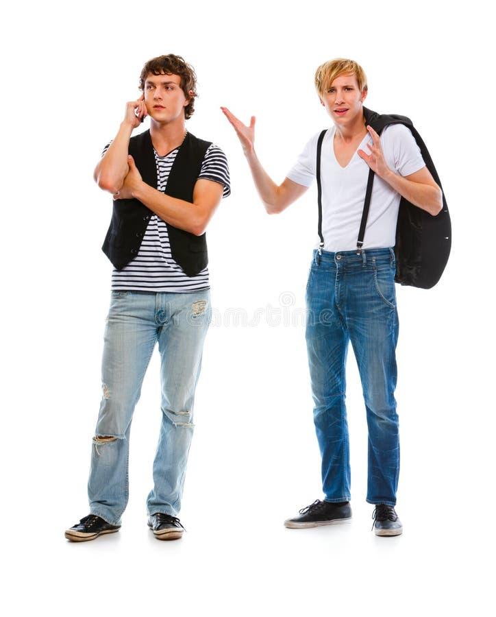 Mann unzufrieden gemacht mit dem Sprechen über beweglichen Freund stockbild