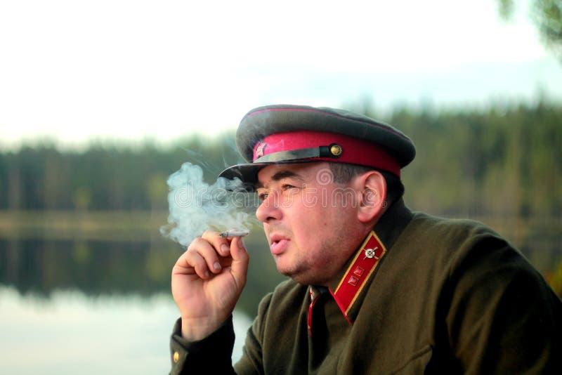 Mann-verantwortlicher roter Offizier in der Armee lizenzfreie stockfotos
