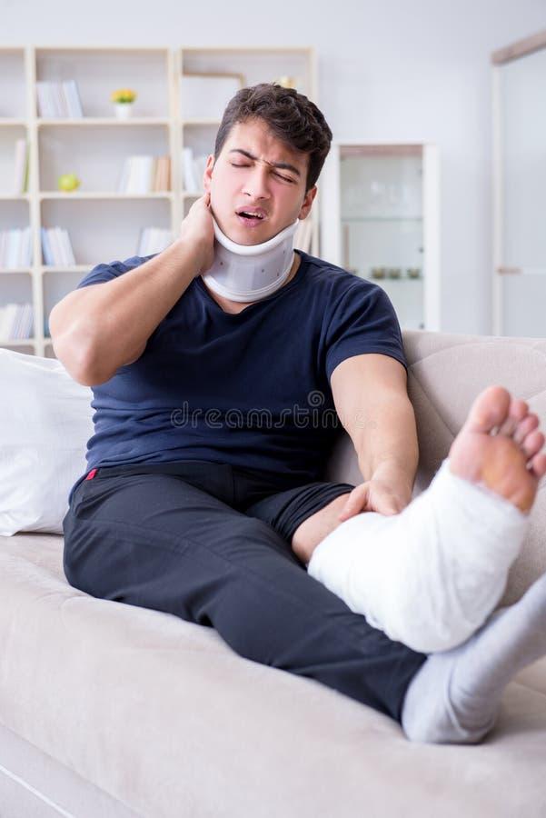Mann verletzt im Autounfall, der sich zu Hause von Wadenmuskelriss erholt stockbild