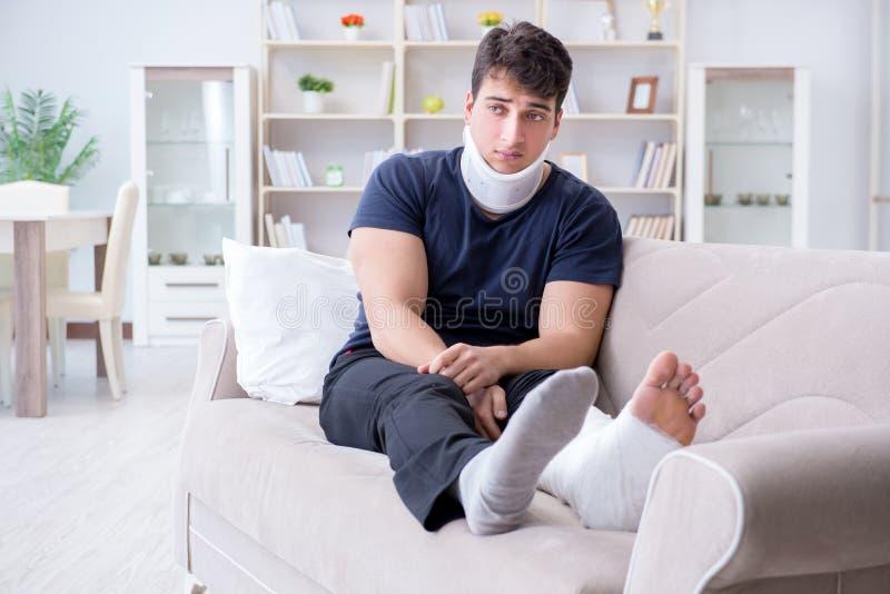 Mann verletzt im Autounfall, der sich zu Hause von Wadenmuskelriss erholt stockfotos