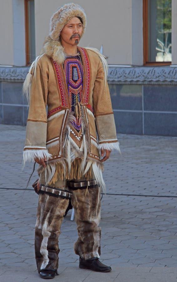 Mann von eingeborenen kleinen nummerierten Völkern steht im Freien stockbild