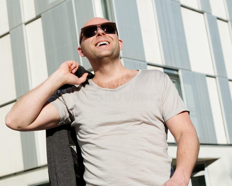 Mann von mittlerem Alter draußen lizenzfreie stockbilder