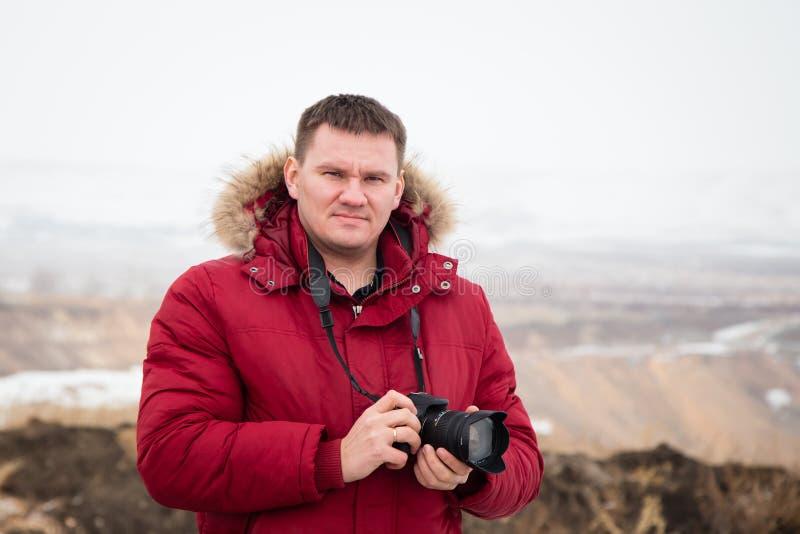 Mann von mittlerem Alter mit einer Kamera in der Reise stockfoto