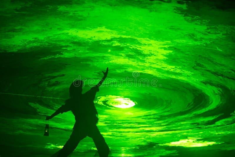 Mann vor Tunnel des grünen Lichtes lizenzfreie stockfotografie