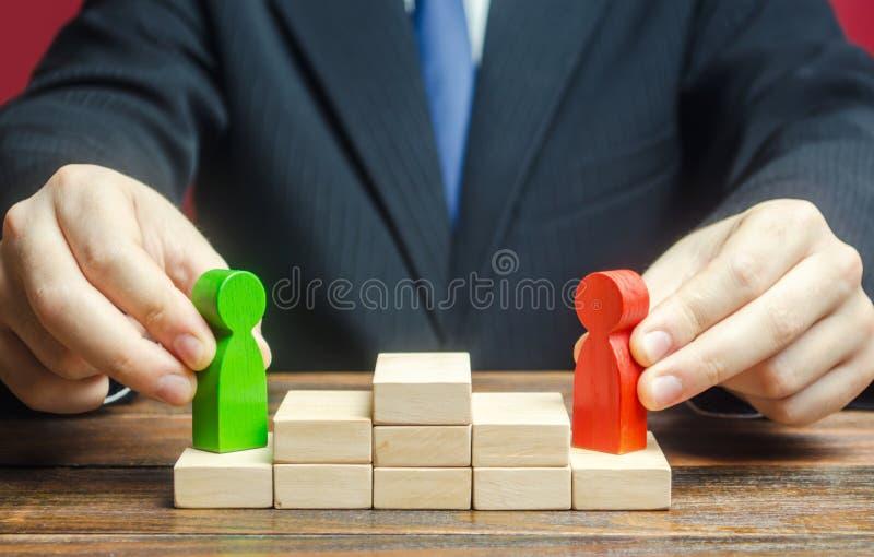 Mann wählt einen würdigen Kandidaten für eine Führungsposition Laufbahnwachstum und Wettbewerb in Unternehmen Zusammenarbeit, Zus lizenzfreie stockbilder