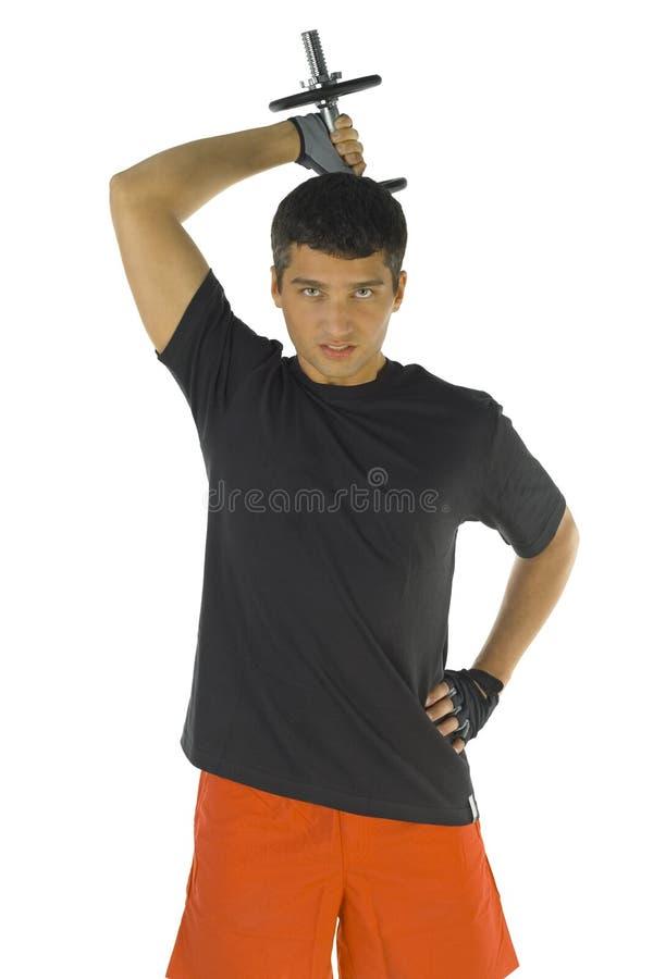 Mann während des Trainierens mit Dumbbell stockfotografie
