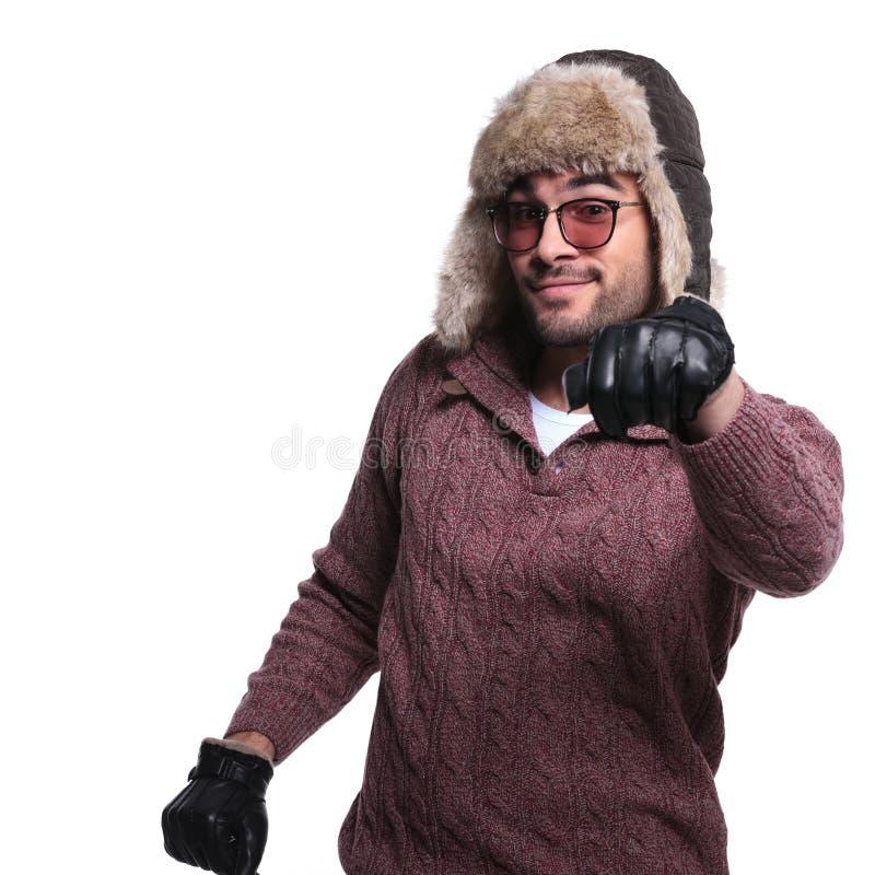 Mann wärmt herein Winterkleidung fährt und eingebildetes Auto lizenzfreies stockbild