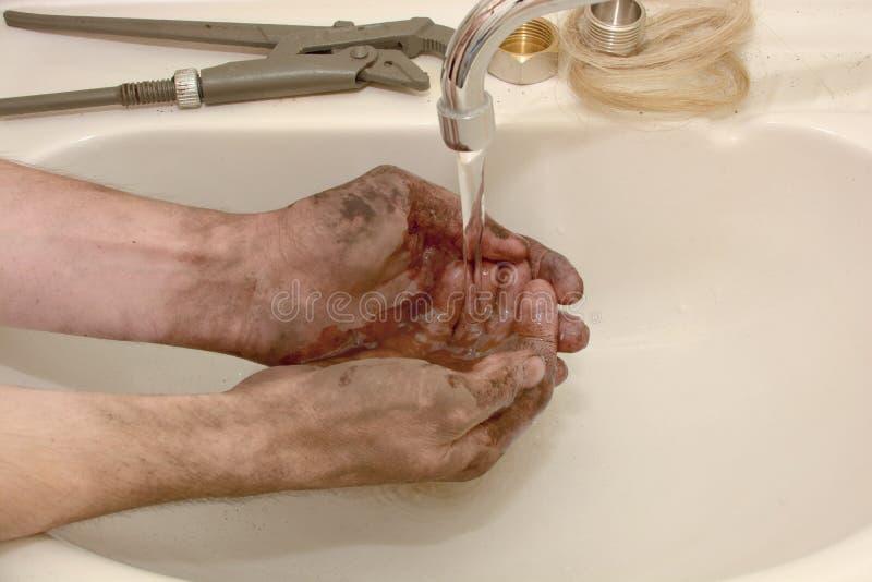 Mann wäscht die schmutzigen Hände lizenzfreies stockbild