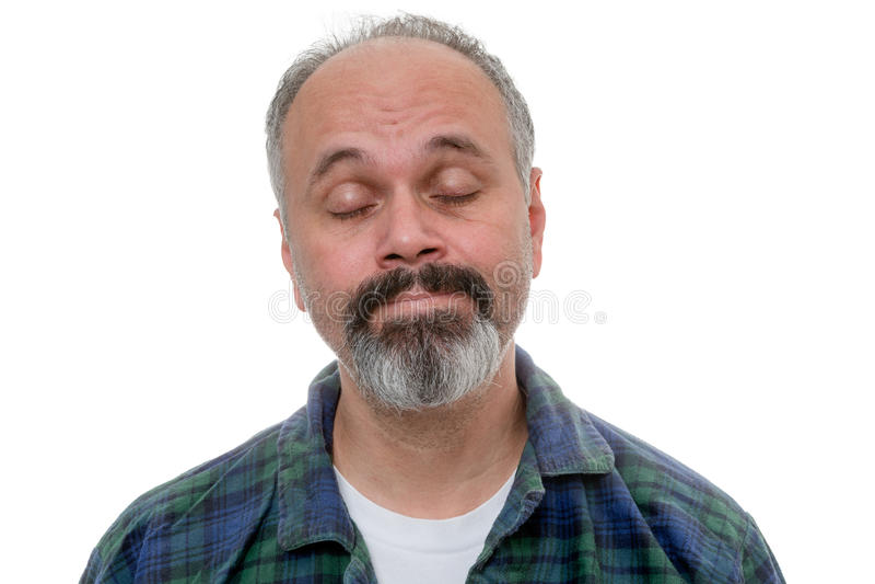 Mann wacht mit Annahme auf seinem Gesicht auf stockfotografie