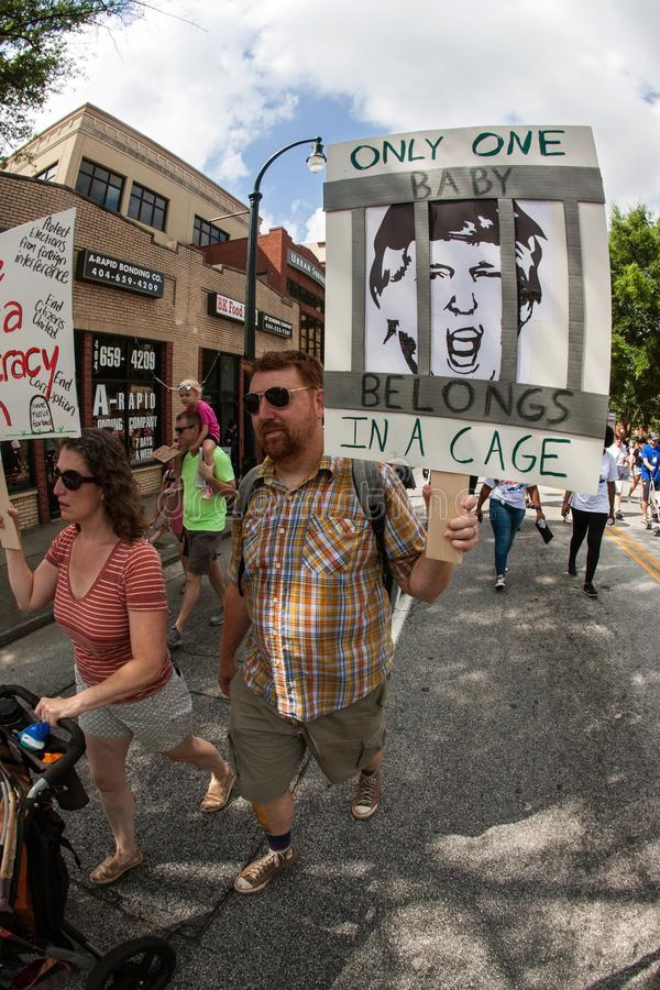Mann-Wege mit Antitrumpf-Zeichen am Einwanderungsrecht-Protest lizenzfreies stockfoto