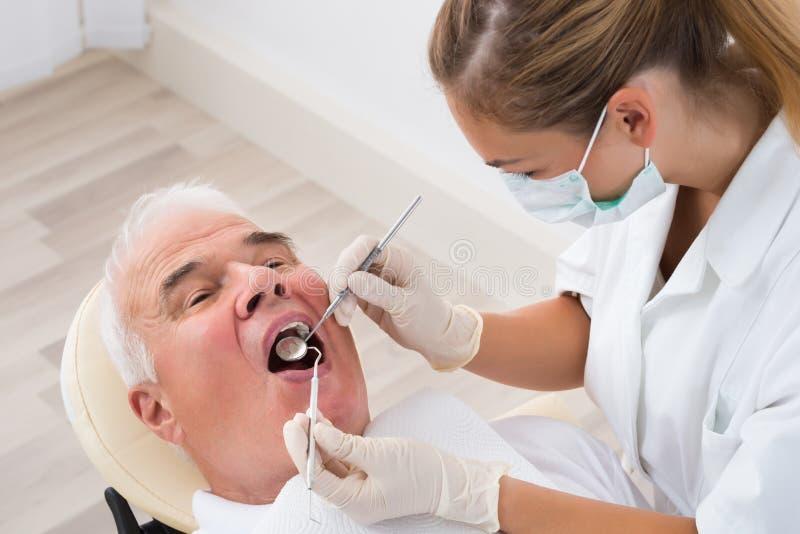 Mann, welche zahnmedizinischer Behandlung sich unterzieht lizenzfreie stockfotos